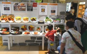 Оформление детского меню на витрина кафе привлекает посетителей с детьми