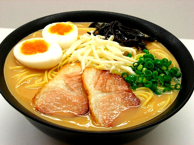 Муляж супа рамен с жареной свининой (сбоку)