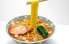 Муляж супа рамен с жареной свининой на палочках