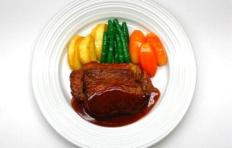 Муляж говяжего стейка в винном соусе с овощами