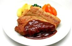 Муляж жареной свинины в винном соусе с овощами