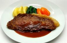Муляж свиного стейка в винном соусе с овощами