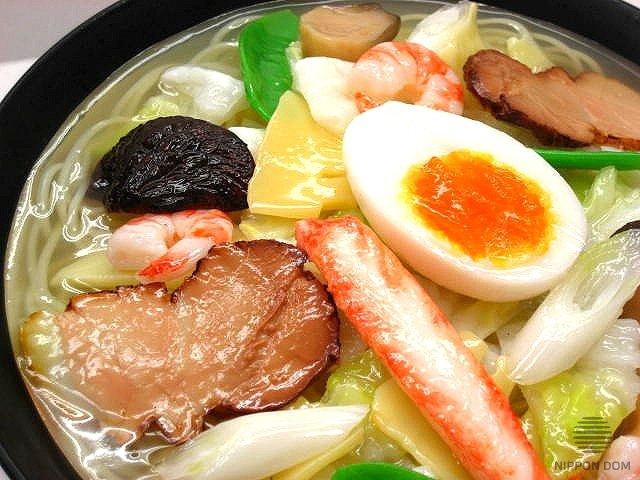 """Муляж блюда """"Суп Рамен с морепродуктами и мясом свинины"""". Вид сверху."""