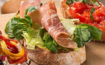 Bruschetta with lettuce and jamon