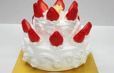 Муляж торта с белым шоколадом и клубникой