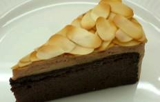 Муляж шоколадного торта с миндалем
