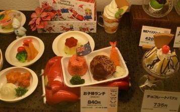 Муляжи блюд из детского меню на витрине ресторана