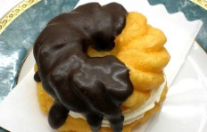 Муляж пончика «Шоколадный французский крейсер с кремом»