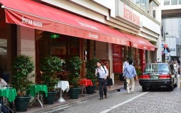 Красный цвет фасада кафе издалека привлекает внимание прохожих