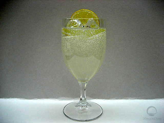 Лимонад, украшенный долькой лимона в бокале