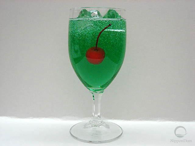 Газированная вода со вкусом дыни, украшенная вишенкой (бокал)