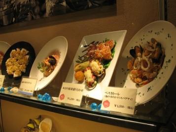 """Оформление витрины бара""""Japan. Ginza"""" муляжами блюд"""