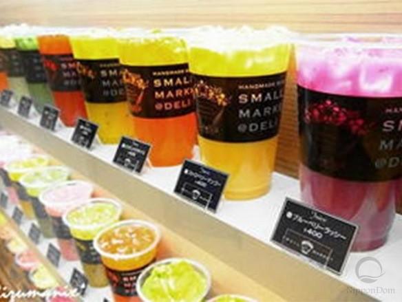 Витрина кафе SMALL MARKET@DELI оформлена муляжами мороженного