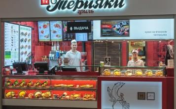 Муляжи блюд на витрине фуд корта выделяют заведение среди конкурентов.