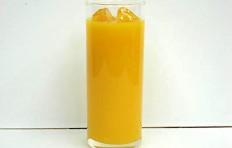 Муляж апельсинового сока в стакане