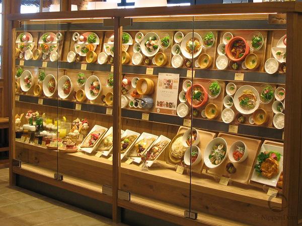 Организация фуд-корта с помощью муляжей блюд в витрине заведения