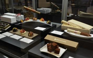 Муляжи красивых миниатюрных десертов притягивают взгляды покупателей