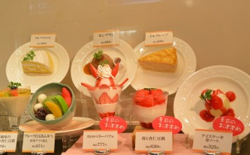 Флажки, обозначающие популярные блюда, делают яркого цвета.