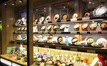 Презентация блюд на витрине привлекает внимание и вызывает аппетит
