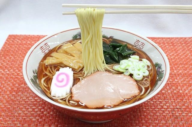 Муляж супа рамэн со вкусом сои на палочках