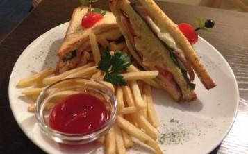 Сэндвич с куриной грудкой и ветчиной