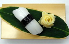Муляж суши «кальмар (13) с водорослями нори»