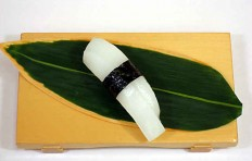 Муляж суши «кальмар (3) с водорослями нори»
