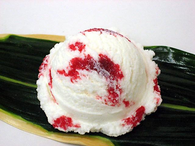 Сливочное мороженое с клубничным джемом
