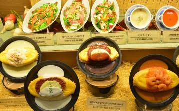 На табличках перед блюдами написаны название, состав, цена блюд