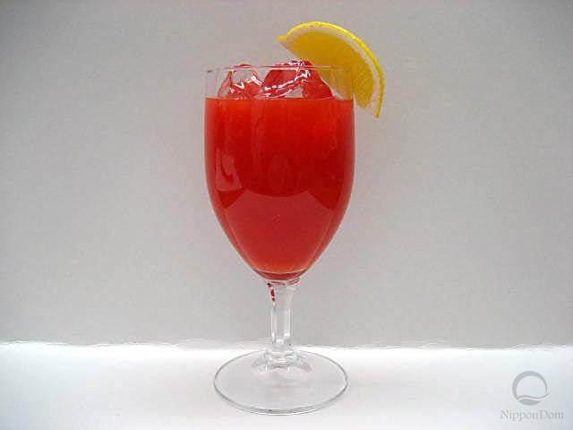 Томатный сок, украшенный лимоном