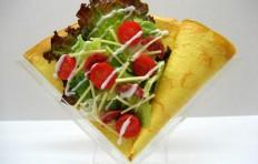 Муляж салата с салями и томатами