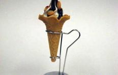 Муляж шоколадного мороженого с миндалем