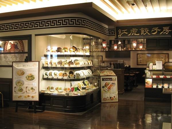 Витрина китайского ресторана с муляжами блюд: фото